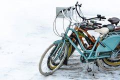 Взгляд припаркованных ярких велосипедов на предпосылке снега стоковое изображение rf