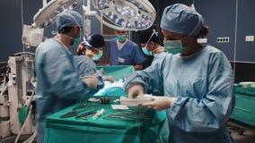 Взгляд промежутка времени трудной деятельности занятых хирургов акции видеоматериалы