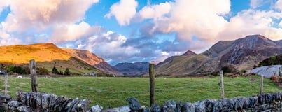 Взгляд пропуска Nant Ffrancon на национальный парк Snowdonia, с держателем Tryfan в предпосылке Gwynedd, Уэльс, Великобритания стоковые изображения rf