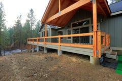 Взгляд просторной палубы выхода с деревянными перилами стоковые фото