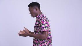 Взгляд профиля разочарованного молодого африканского туристского человека с телефоном будучи приниманным прочь сток-видео
