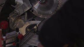 Взгляд процесса подготавливая деревянные планки для резать новой современной круглой пилой акции видеоматериалы