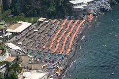 Взгляд птицы к пляжу в Positano Стоковое Изображение