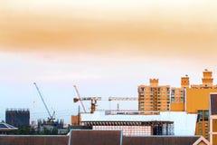 Взгляд птицы над городским пейзажем и строительной площадкой включая несколько Стоковое Фото