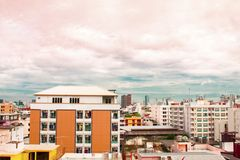 Взгляд птицы над городским пейзажем с солнцем и облаками в утре Стоковое Изображение RF