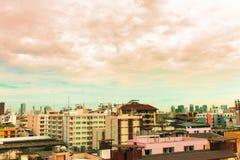 Взгляд птицы над городским пейзажем с солнцем и облаками в утре Стоковая Фотография RF