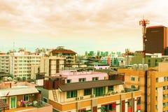 Взгляд птицы над городским пейзажем с солнцем и облаками в утре Стоковое Изображение