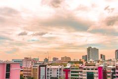 Взгляд птицы над городским пейзажем с солнцем и облаками в утре Стоковое Фото