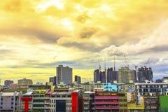 Взгляд птицы над городским пейзажем с солнцем и облаками в утре Стоковые Изображения