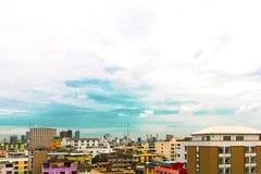 Взгляд птицы над городским пейзажем с солнцем и облаками в утре Стоковые Изображения RF