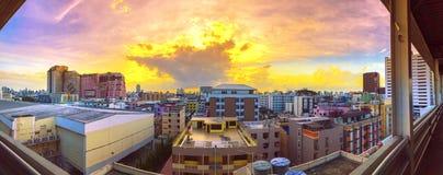 Взгляд птицы панорамы над городом с заходом солнца и облаками в вечере скопируйте космос Бангкок Пастельный тон стоковые фотографии rf