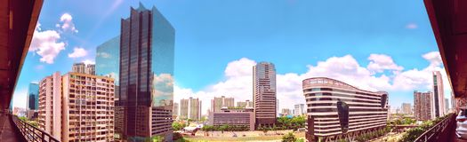 Взгляд птицы панорамы над городским пейзажем с заходом солнца и облаками в утре скопируйте космос Бангкок Стоковая Фотография RF