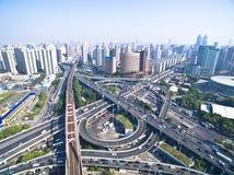 Взгляд птиц-глаза воздушного фотографирования ландшафта дороги моста виадука города стоковые изображения