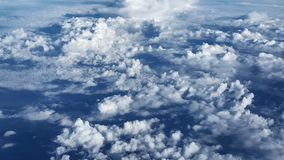 Взгляд пушистых облаков от окна самолета Стоковое Изображение