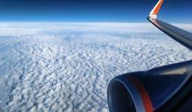 Взгляд пушистых облаков от окна самолета Стоковые Изображения RF