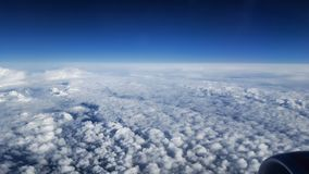 Взгляд пушистых облаков от окна самолета Стоковое Фото