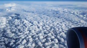 Взгляд пушистых облаков от окна самолета Стоковая Фотография RF