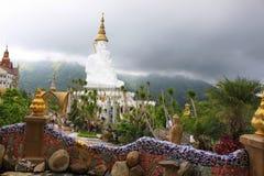 Взгляд пышного белого сидя Buddhas от внутренности Pha Sorn Kaew, Khao Kor, Phetchabun, Таиланда стоковые фото
