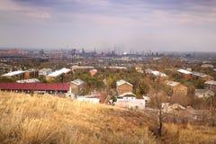 Взгляд работы утюга Магнитогорск и стальных под углом зрения на левом береге реки в городе Магнитогорск, России стоковое изображение