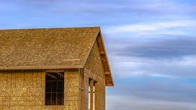 Взгляд рамки панорамы на строительной площадке незаконченного дома против пасмурного голубого неба стоковая фотография