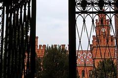 Взгляд резиденции Bukovinian и далматинских столичных жителей через выкованный строб, теперь часть университета Chernivtsi Стоковые Фотографии RF