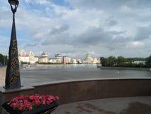 Взгляд реки в городе стоковая фотография rf