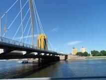 Взгляд реки в городе стоковые изображения rf