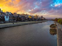 Взгляд реки в городе от моста стоковые фотографии rf