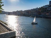 Взгляд реки Дуэро и города Порту, Португалии как парусник путешествует в прошлом стоковые изображения rf