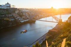 Взгляд реки Дуэро и моста Dom Луис i в заходящем солнце во время сногсшибательного захода солнца, Порту Стоковое Изображение