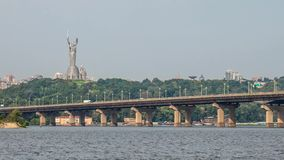 Взгляд реки и новых зданий в ем сток-видео