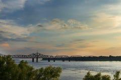 Взгляд реки Миссисипи с мостом Vicksburg на предпосылке на заходе солнца Стоковая Фотография RF