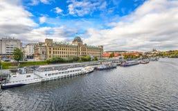 Взгляд реки на министерстве транспорта реки с туристскими кораблями, Праги чехии и Влтавы, чехии Стоковое Изображение
