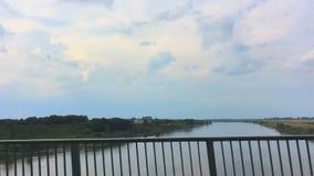 Взгляд реки от окна автомобиля двигая дальше мост Польша, Европа сток-видео