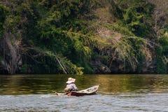 Взгляд реки с домом сплотка на реке Kwai в Kanchanaburi стоковое изображение