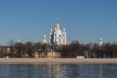 Взгляд реки Neva и собора Smolny в Санкт-Петербурге стоковое изображение