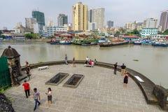 Взгляд реки pasig января 21,2018 туристский waching Манилы от палубы взгляда Сантьяго форта, Intramuros, Манилы Стоковая Фотография RF