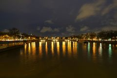Взгляд реки Saine и des Invalides Pont от Pont Александра III стоковая фотография