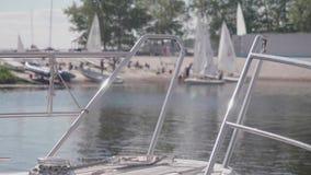 Взгляд рельсов яхты в фокусе с нерезкостью лазера плавать позади видеоматериал