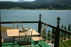 взгляд ресторана озера стоковое изображение rf