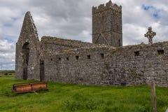 Взгляд руин аббатства Клары Augustinian снаружи Ennis монастыря как раз, графство Клара, Ирландия которая сидит наряду с стоковая фотография
