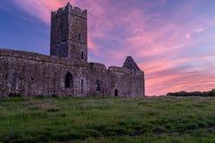 Взгляд руин аббатства Клары Augustinian снаружи Ennis монастыря как раз, графство Клара, Ирландия с красивым заходом солнца внутр стоковое изображение rf