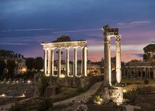 Взгляд руин римского форума с виском Сатурна rome Стоковые Изображения