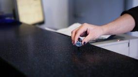 Взгляд руки женщины кладет ключевую цепь в стол и рука другой женщины принимает ее сток-видео