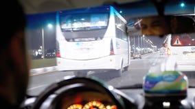 Взгляд руля внутри автомобиля такси который управляет через курортный город ночи в Египте сток-видео