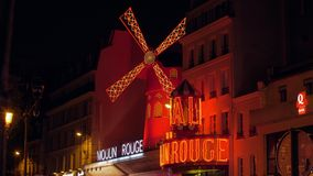 Взгляд румян Moulin в ноче Париже, Франции видеоматериал