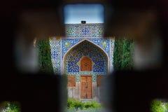 Взгляд сада через окно в мечети Shah или мечети имама в Isfahan Иран стоковое изображение rf