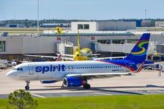 Взгляд самолета от авиакомпаний NK духа на воротах в международном аэропорте MCO Орландо стоковые фотографии rf