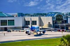 Взгляд самолета от авиакомпаний NK духа на воротах в международном аэропорте MCO 3 Орландо стоковое изображение