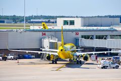 Взгляд самолета от авиакомпаний NK духа на воротах в международном аэропорте MCO 1 Орландо стоковые фото